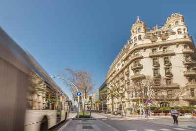 Corner commercial property in Eixample rented to four businesses